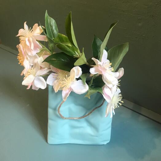 Яблоня в керамической сумочке
