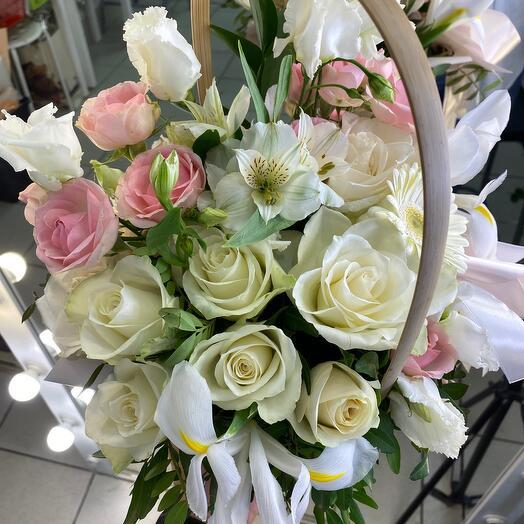 Корзина розами и ирисами