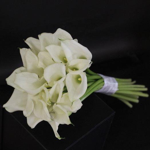 Букет из калл Изысканная Красота: букеты цветов на заказ Flowwow