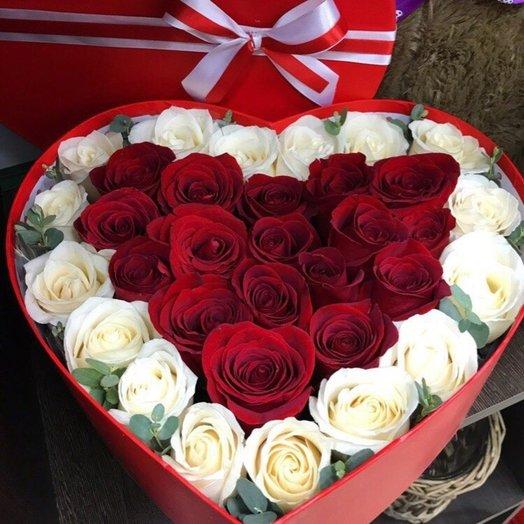 Коробка-сердце из красных и белых роз: букеты цветов на заказ Flowwow