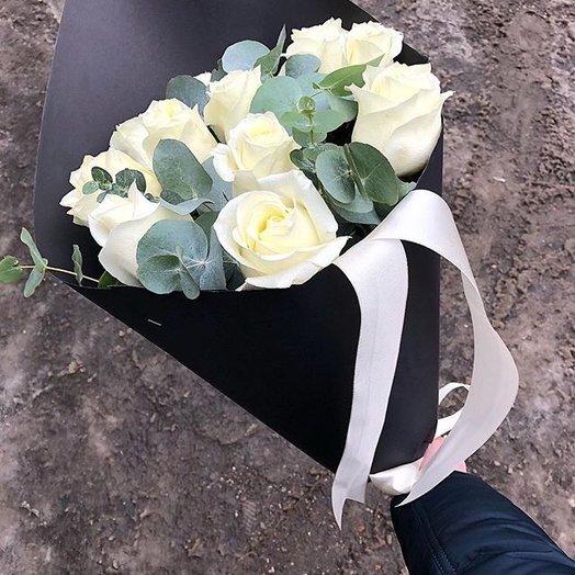 Белые розы в черной упаковке: букеты цветов на заказ Flowwow