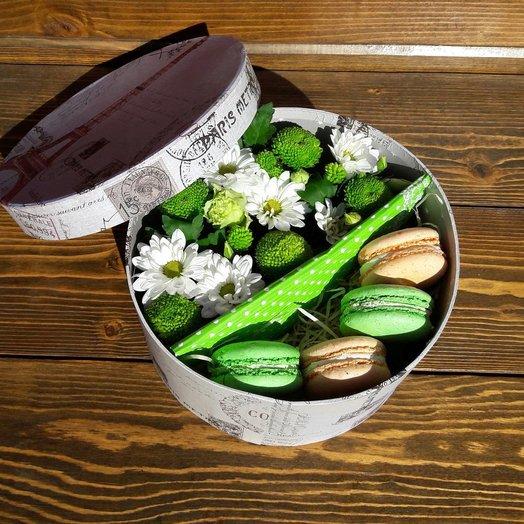 Цветы в круглой коробке с макарунами: букеты цветов на заказ Flowwow