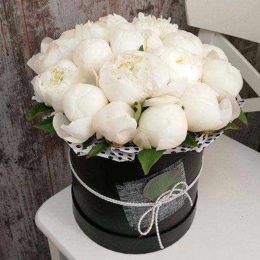 19 пионов в черной шляпной коробке: букеты цветов на заказ Flowwow