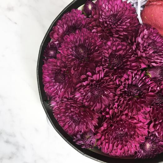 Хризантема и макаронс в большой коробке: букеты цветов на заказ Flowwow