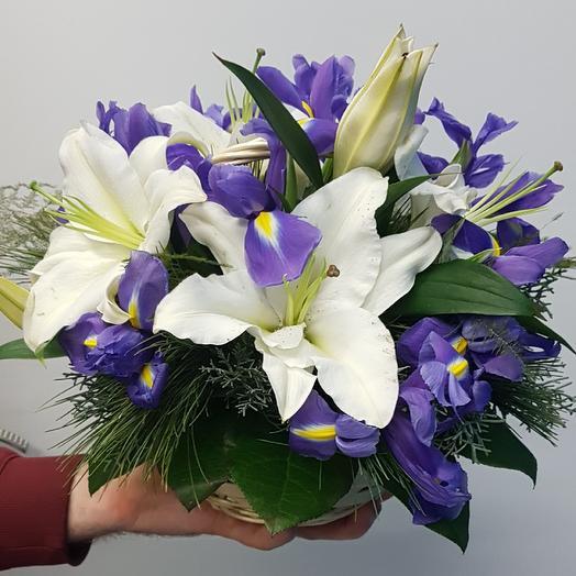 Корзина с лилиями и ирисами: букеты цветов на заказ Flowwow