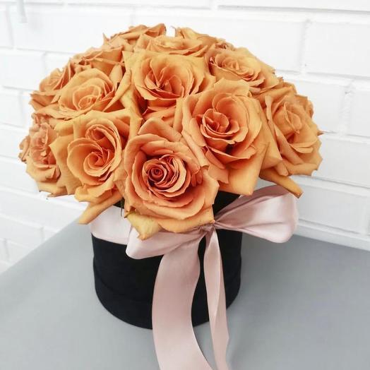 Коробка персиковых роз Тоффи в черной коробке