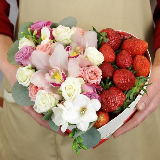 Композиция в сердце с розами и клубникой: букеты цветов на заказ Flowwow