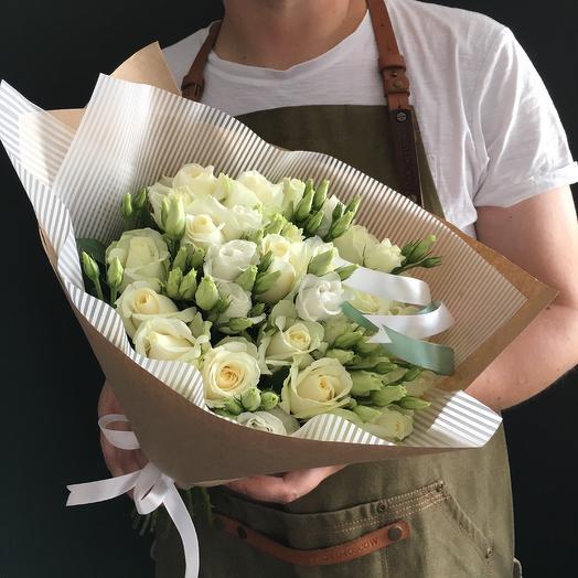Белые розы и белый лизиантус