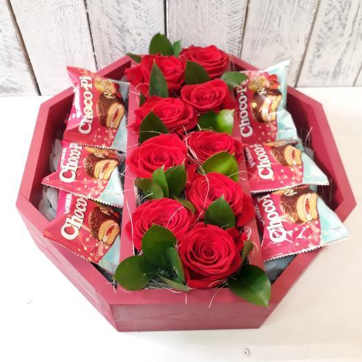 Композиция из роз и choco-pie: букеты цветов на заказ Flowwow