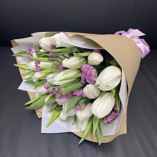 Букет из 25 белых тюльпанов и статицы: букеты цветов на заказ Flowwow