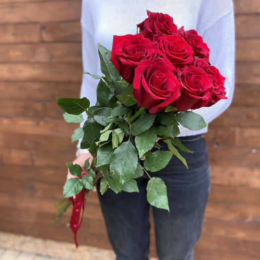 7 classic red roses below the ribbon