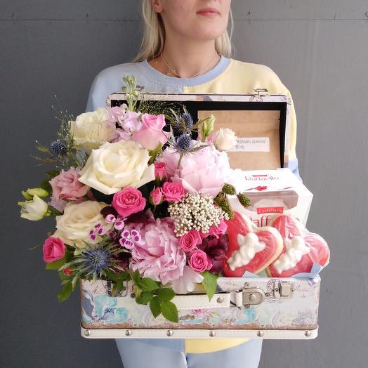 Сундук с цветами и сладостями: букеты цветов на заказ Flowwow