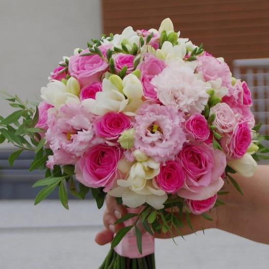 Свадебный букет из розовых роз, фрезии и диантуса