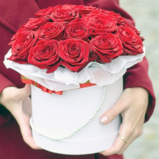 Роза красная в шляпке