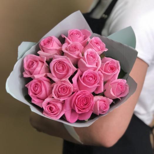 15 розовых роз в оформлении