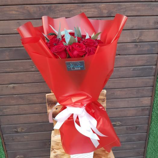 Букет из 13 красных роз с эвкалиптом