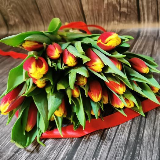 25 красно-жёлтых тюльпанов