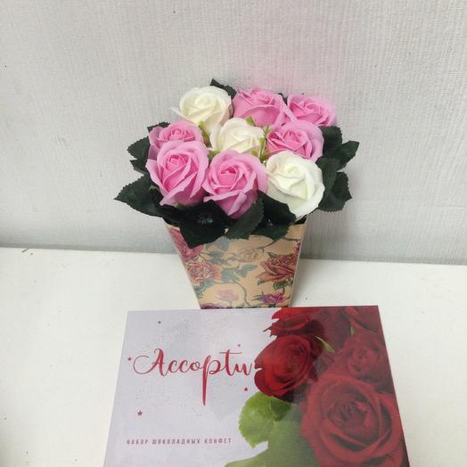 Композиция из мыльных роз. Коробка конфет в подарок