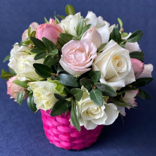 Корзинка с кустовыми розами