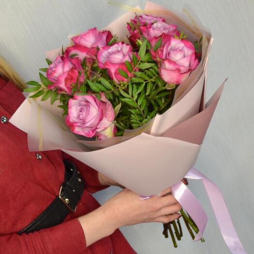 7 лилово-розовых роз в зелени