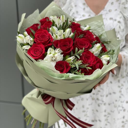 Букет из красных роз и альстромерии Алиса в стране чудес
