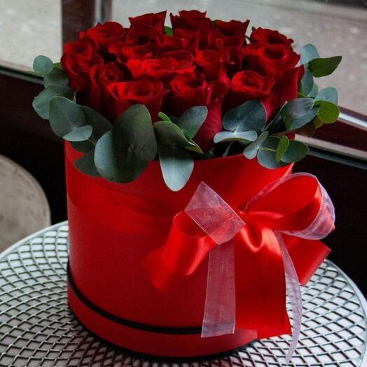 17 красных роз в коробке