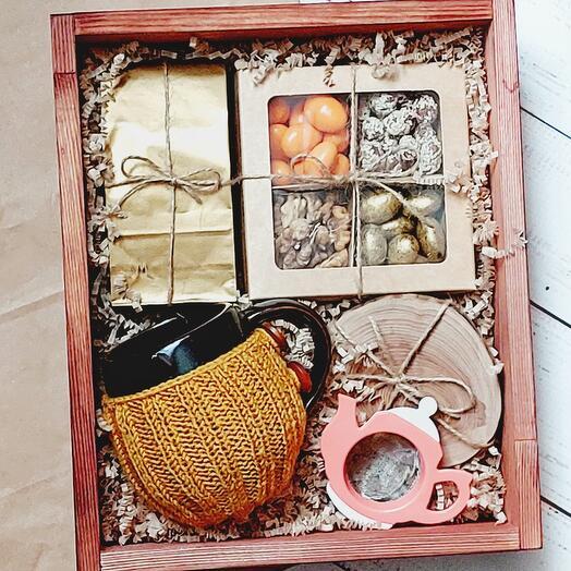 Подарочный набор с кружкой в вязаном чехле ручной работы