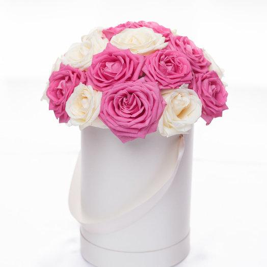 Шляпная коробка с белыми и розовыми розами: букеты цветов на заказ Flowwow