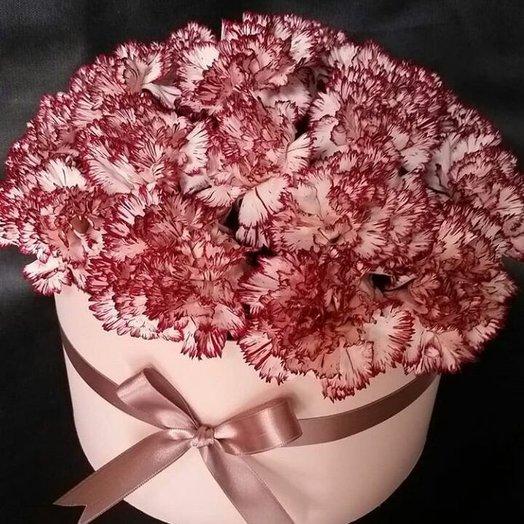 Букет из гвоздик в шляпной коробке: букеты цветов на заказ Flowwow