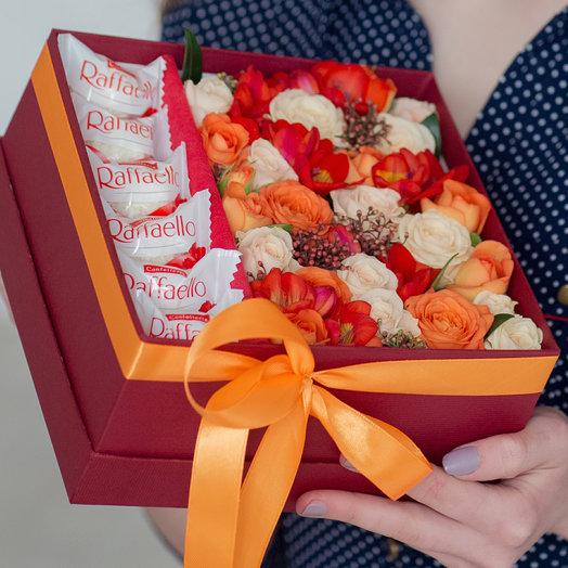 Яркая коробочка с цветами и раффаэлло