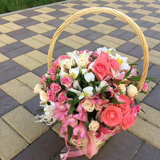 Корзина с кустовыми розами и альстромериями: букеты цветов на заказ Flowwow