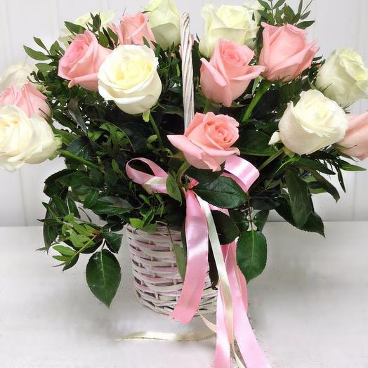 Корзина из 19 роз с писташем