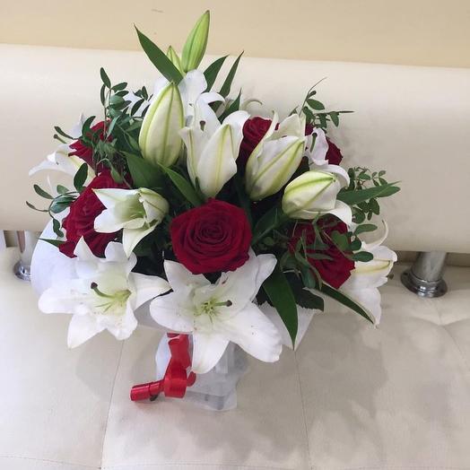 Букет из 3 лилий и 7 роз с зеленью