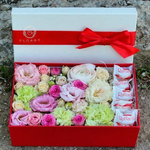 """Коробка с цветами и макарунами """"Сладкий сюрприз"""""""
