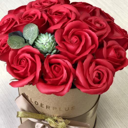 Красные мыльные розы в шляпной коробке: букеты цветов на заказ Flowwow