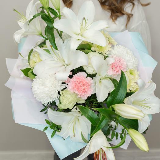 Букет с белоснежными лилиями