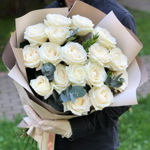 Creamy bouquet of white roses
