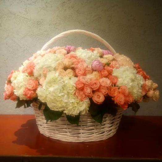 Огромная корзина из кустовых роз и белых гортензий