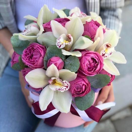 Шляпная коробка с орхидеями и пионовидными розами «Мечта»