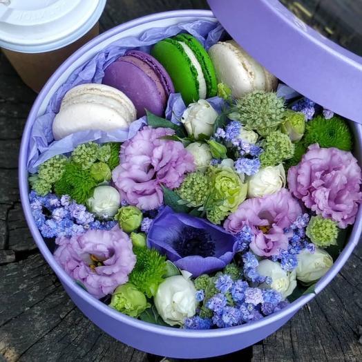 Цветы в коробке с макарунсами в фиолетовой гамме