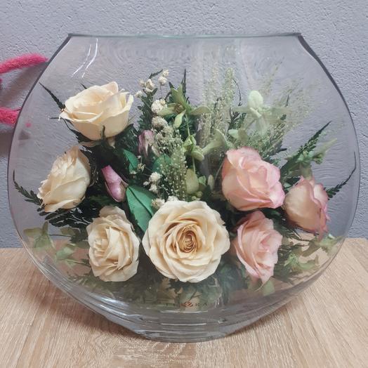 Розы айвори в средней плоской вазе