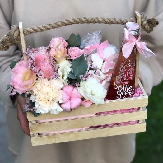 Подарочный ящик с цветами и лимонадом