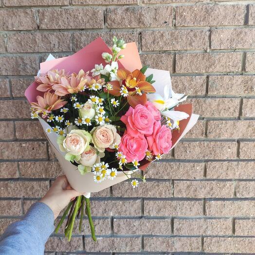 Яркий букет с пионовидной кустовой розой и ромашками