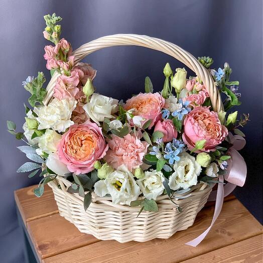 Корзина с пионовидными розами