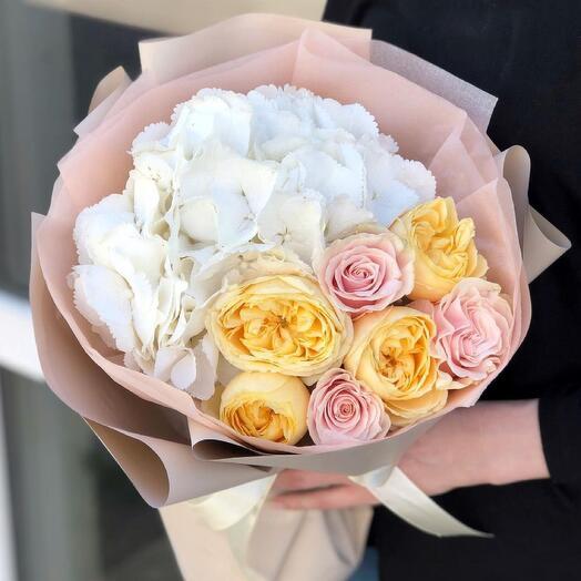 Сортный букет с гортензией и розой