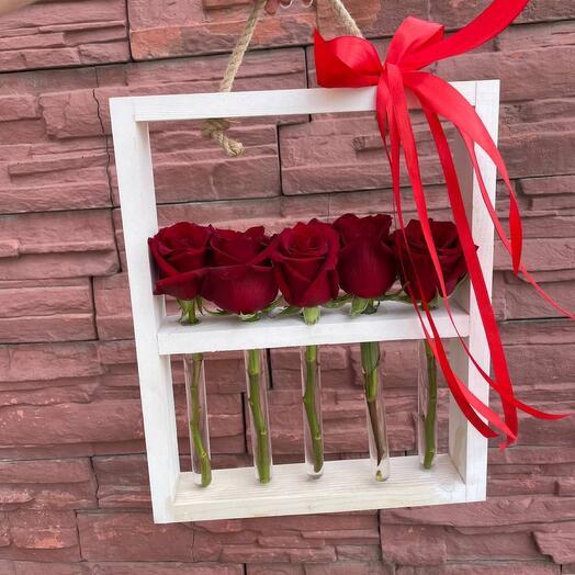 Деревянная стойка с колбами из 5 роз