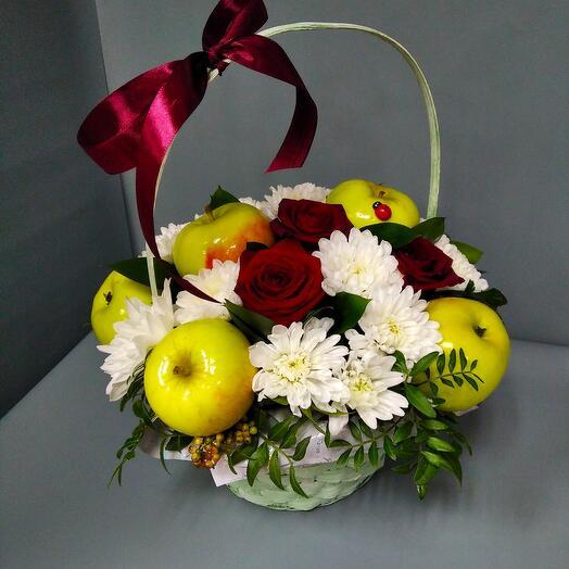 Корзина с цветами и яблоками