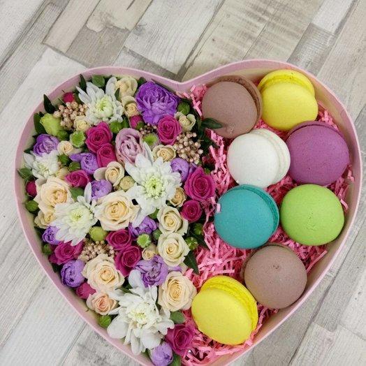 Цветы в коробке Сердце со сладостями: букеты цветов на заказ Flowwow