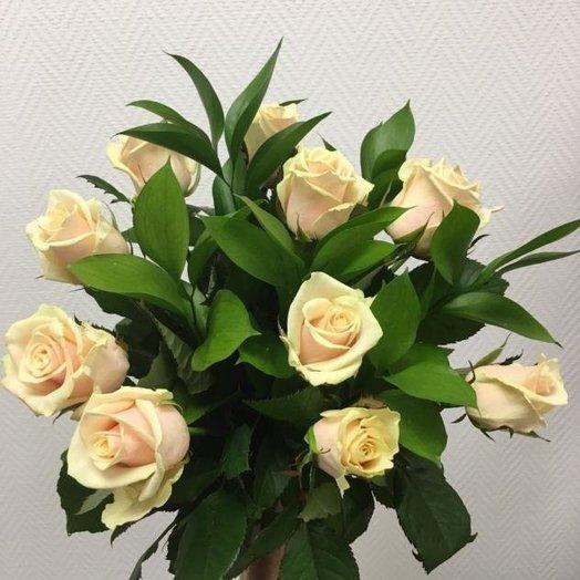 Нежный букет из кремовых роз: букеты цветов на заказ Flowwow