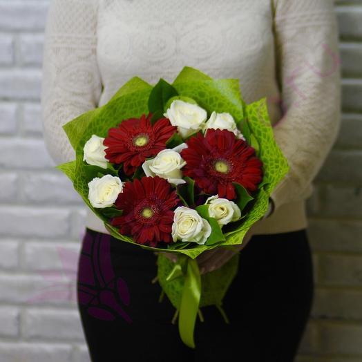 Красные герберы и белые розы